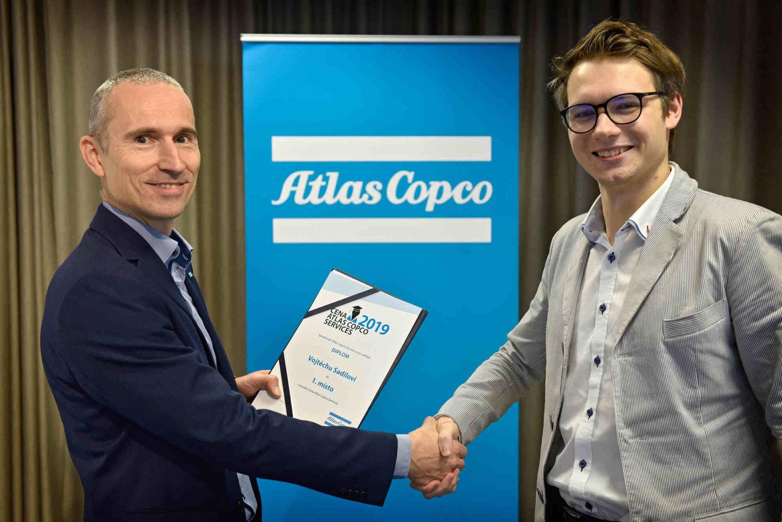 Vojtech Sadil vpravo a Roman Pavlousek generalni reditel Financniho centra Atlas Copco Services Compressor Technique
