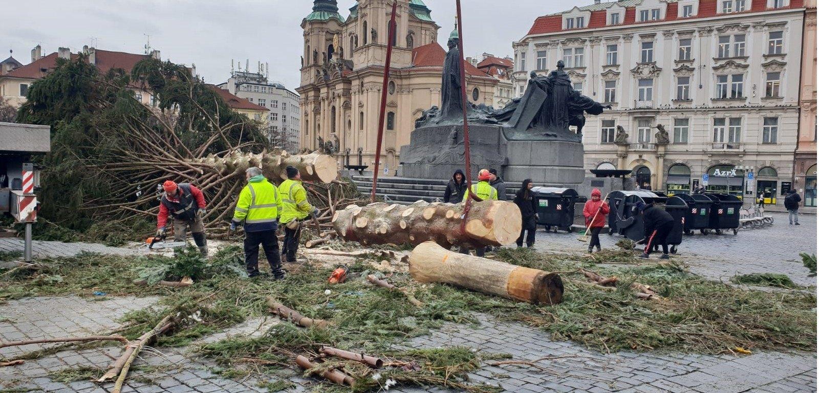 Kácení stromu Staroměstské náměstí leden 2019