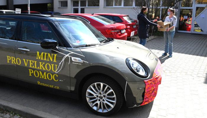 Malá velká auta s rouškou a bezednou nádrží rozváží pomoc Brňanům