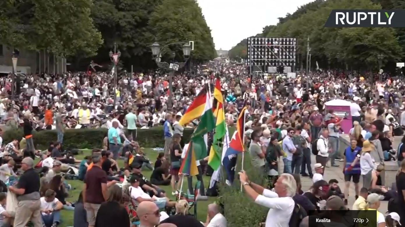 V Berlíně dnes protestovali statisíce lidí proti COVID-19 opatřením